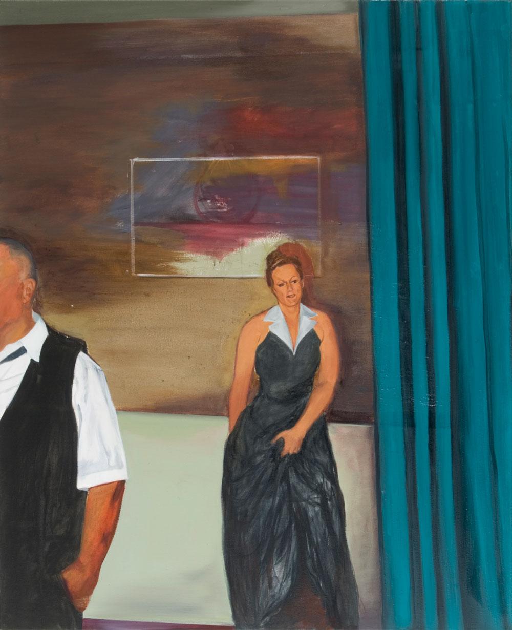 eine Frau im schwarzen Abendkleid lehnt an einer Wand und greift sich in ihren Rock, ihr Blick versonennen lächelnd, rechts ien Vorhang, links vorne ein angeschnittener Mann