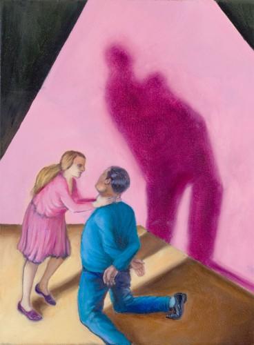 Frau im rosa Kleide würgt Mann im blauen Anzug, der vor ihr kniet. Ihre Schatten tanzen.