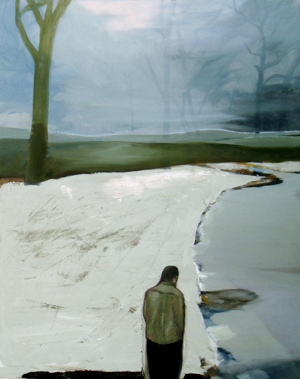 Ein Mann steht vor einer blassgrauen Winterlandschaft
