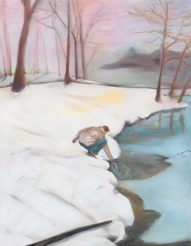 eine winterliche Landschaft, ein Mann greift in den See und zieht etwas hinaus
