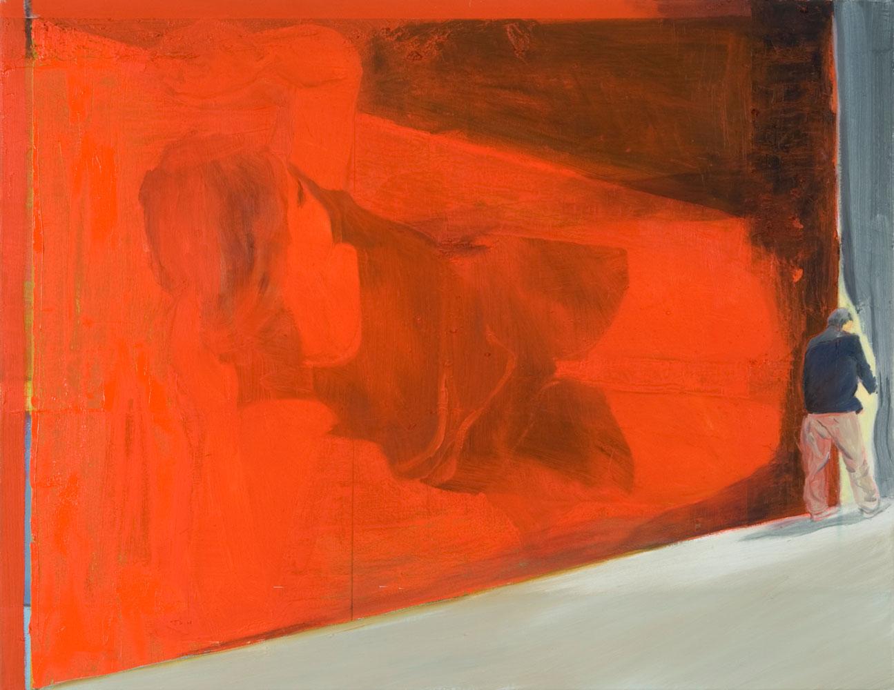 eine rote Wand dominiert das Bild, am rechten Bildrand verschwindet eine Männerfigur gleich hinter einen Vorhang
