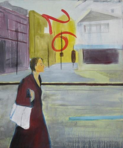 junge Frau geht mit weißer Tasche hinter ihr Häuser und eine 26