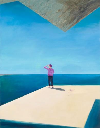 eien Frau steht auf einer Aussichtsplattform und schaut aus offene Meer, gleißend hell die Sonne über ihr schwerer Beton