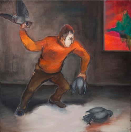 Mann mit Maske zerhaut graue Tauben