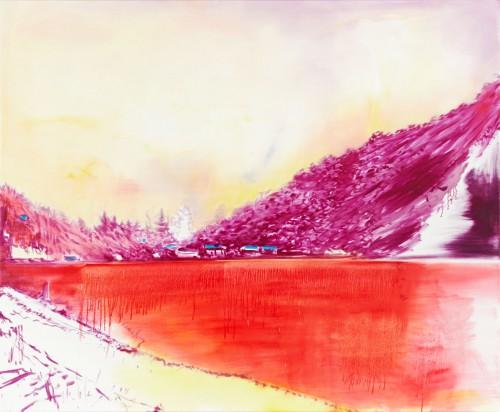 skizzenhaft liegt ein blutroter See aufgewühlt vor einem lilafarbenen Berg am Horizont Hütten mit blauen Dächern der Himmel geisterhaft im milchigen gelb