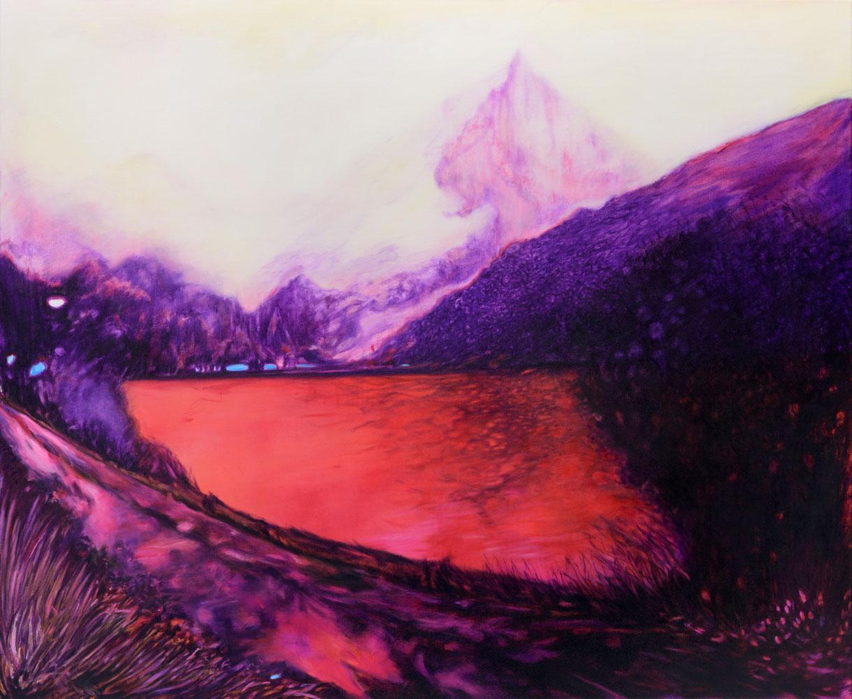 blutroter See getaucht in mysteriöses blutrotes lila Licht, im Hintergrund nebeverhangene Berge