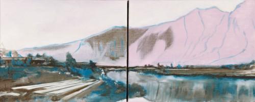 rosa Berge türmen sich auf im Hintergrund spiegeln sich im kalten Winterfluss vorne links liegt das Leinen zum Bleichen in Bahnen aus
