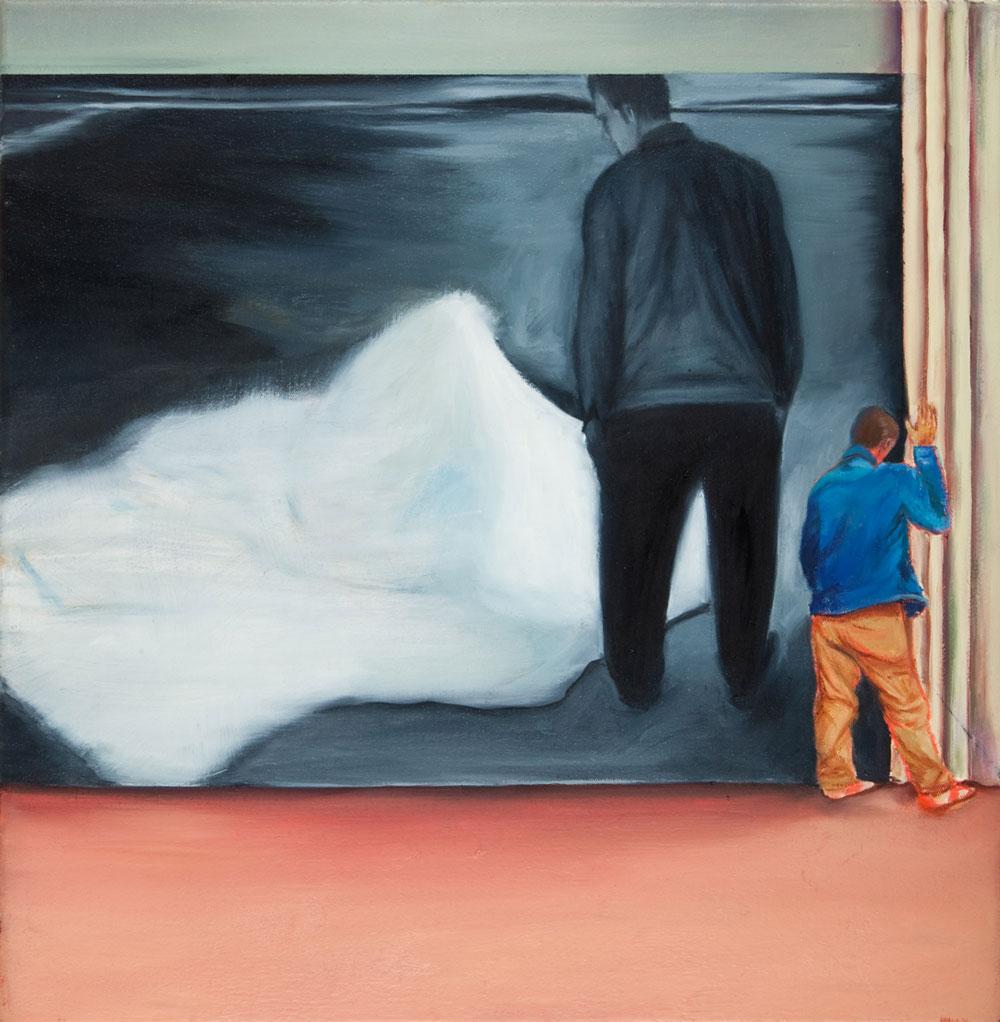 eine Mann zieht einen Vorahng auf oder zu, hinter den Vorhang ist das Drama zu sehen in schwarzweiss