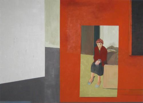 Eine Alte Frau sitzt am Bettrand, die Augen geschlossen, die faltigen Hände liegen im Schoß