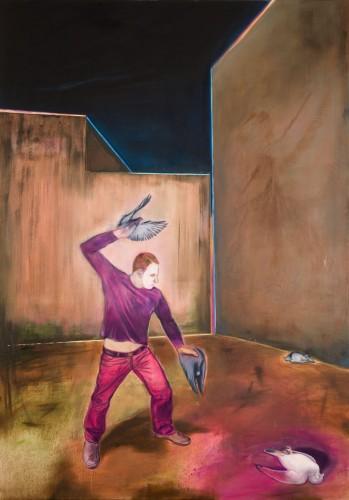 Ein Mann in pinkfarbenen Hosen und weißgeschminktem Gesicht schleudert Tauben aus seiner Hand auf die Wand auf den Boden in einem verlassenen Hinterhof