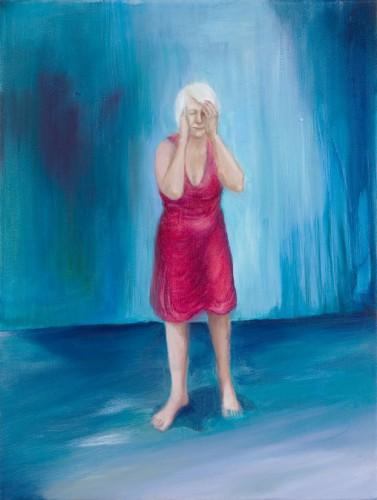 eine Frau mit rotem Kleid und weißem Haar steht in auf einer blauen Bühne mit geschlossenen Augen