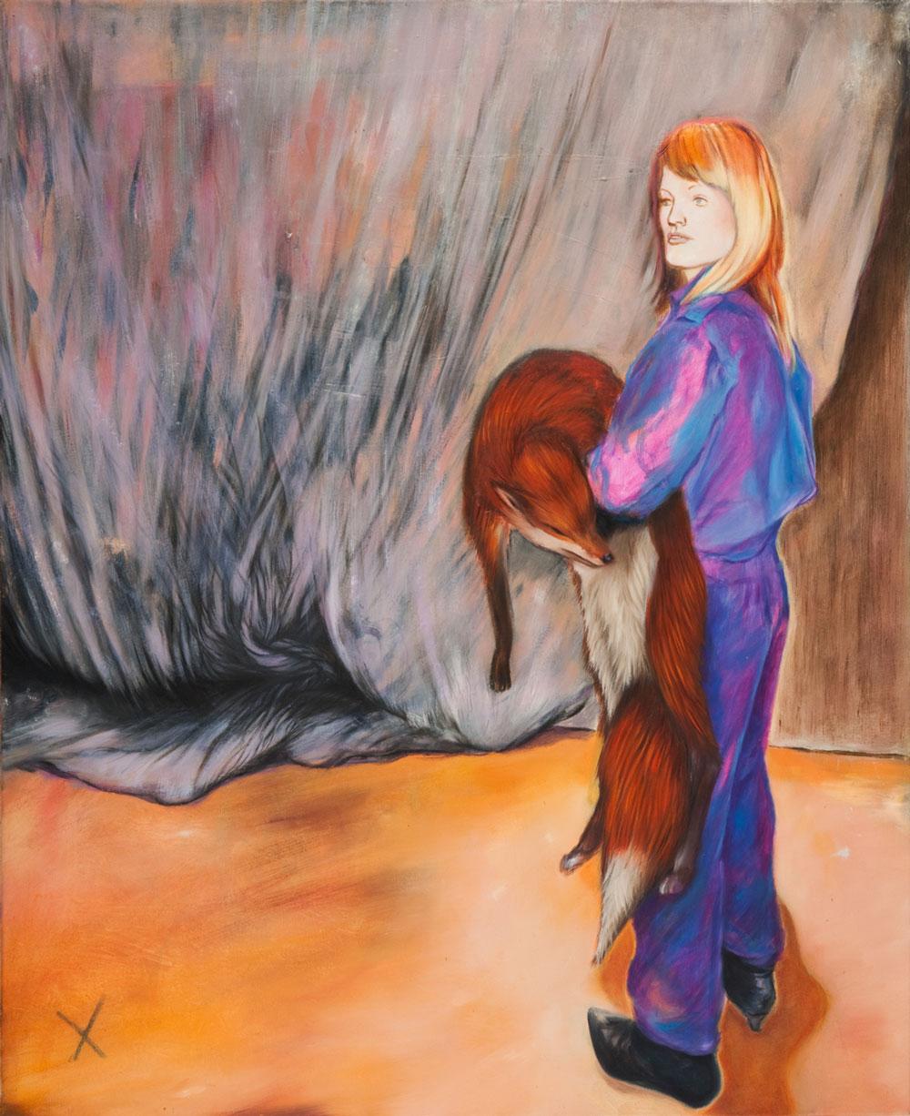 blonde frau im blauen Overall hält einen Fuchs im Arm ein Kreuz ein Vorhang aus Gaze