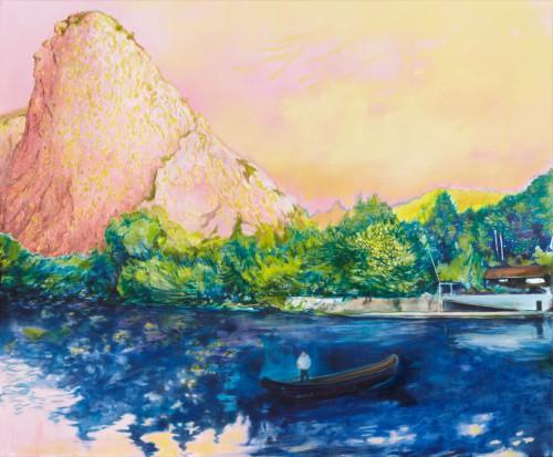 vorne blaues Wasser ein Boot darauf ein Mann treibt aufs Ufer dort ragt ein rosafarbener seltsam geformter Berg auf, der Himmel rosagelb
