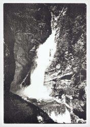 Wasserfall in schwarz weiss
